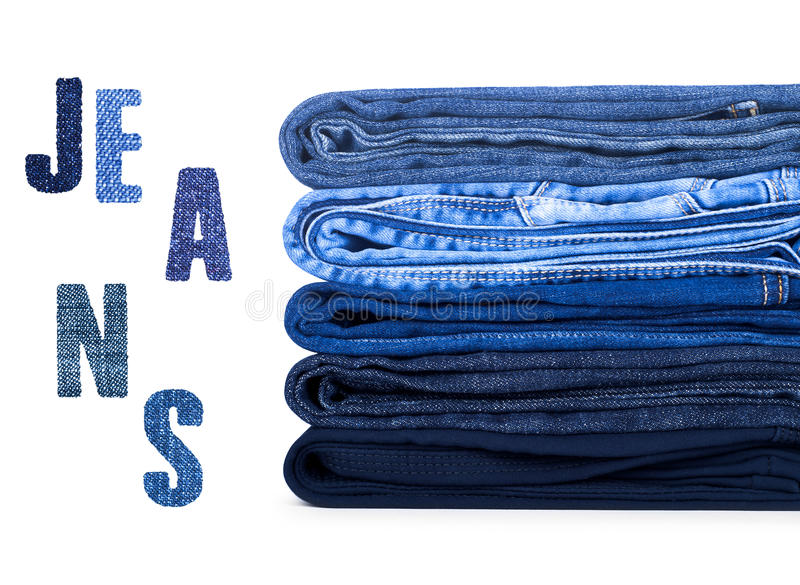 Pila di jeans su fondo bianco immagine stock libera da diritti