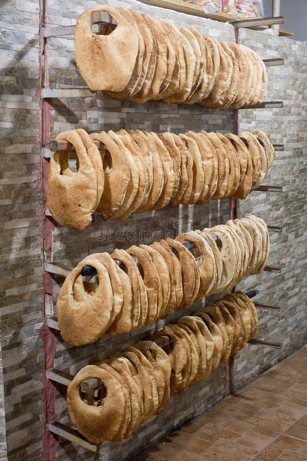 Pila di kaek arabo del pane in un forno fotografia stock