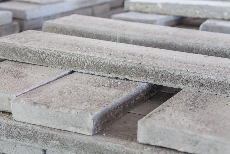 Pila di lastre prefabbricate del cemento armato in un for Cemento industriale in casa