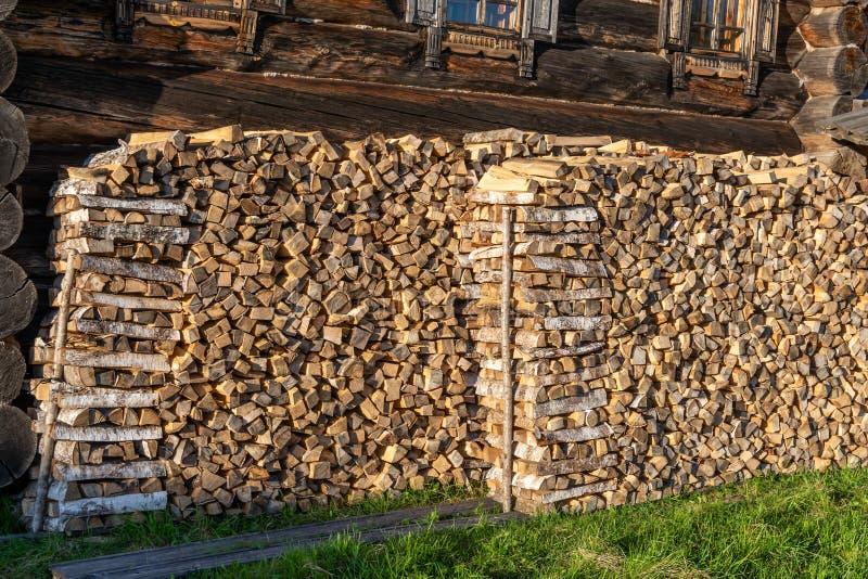 Pila di legna da ardere alla parete fotografia stock libera da diritti