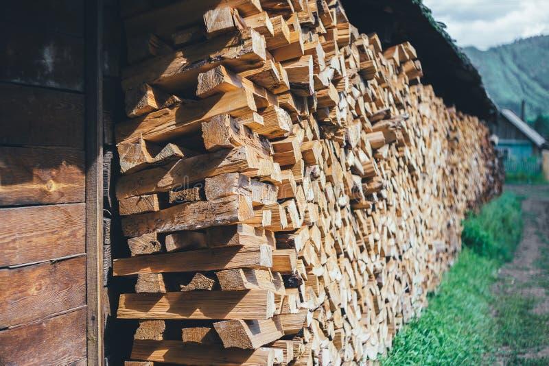 Pila di legna da ardere vicino al recintare la campagna fotografia stock