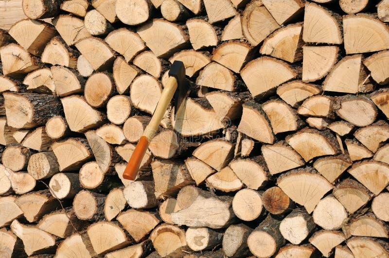 Pila di legno e di ascia fotografia stock