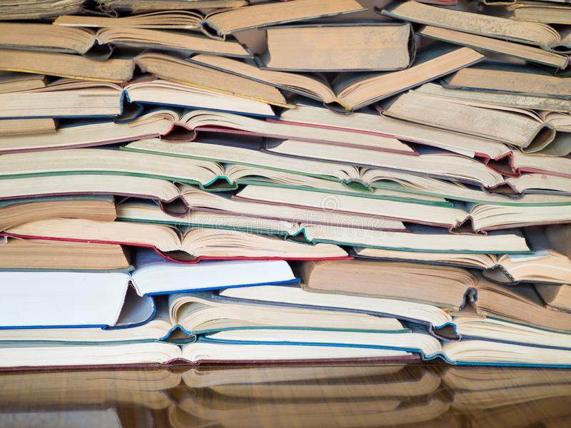 Pila di libri aperti Biblioteca, letteratura, istruzione, informazioni, imparando, leggendo concetto fotografie stock libere da diritti