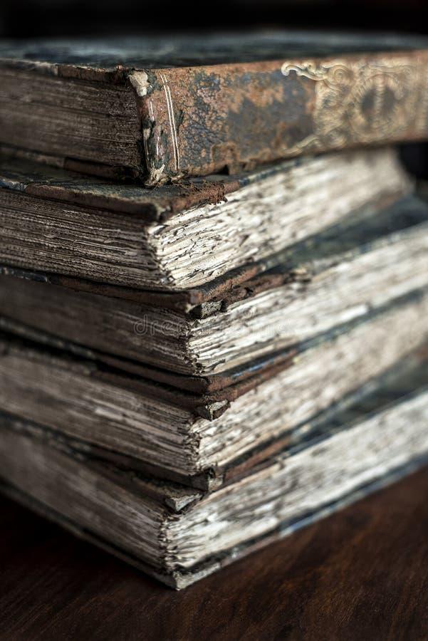Pila di libri classici, d'annata, antichi, durato, vecchio e stracciato mostrando legare immagini stock