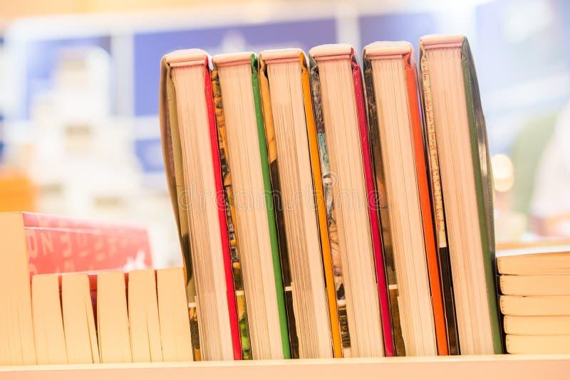 Pila di libri come istruzione e concetto di affari fotografie stock