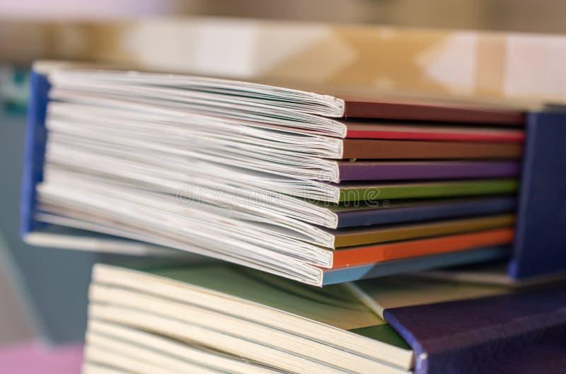 Pila di libri come istruzione e concetto di affari fotografia stock
