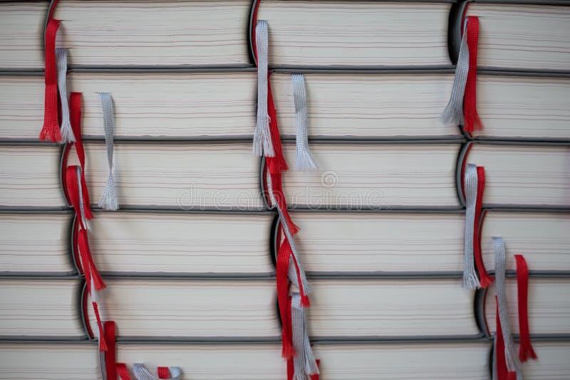 Pila di libri con le cinghie di raccolto fotografia stock
