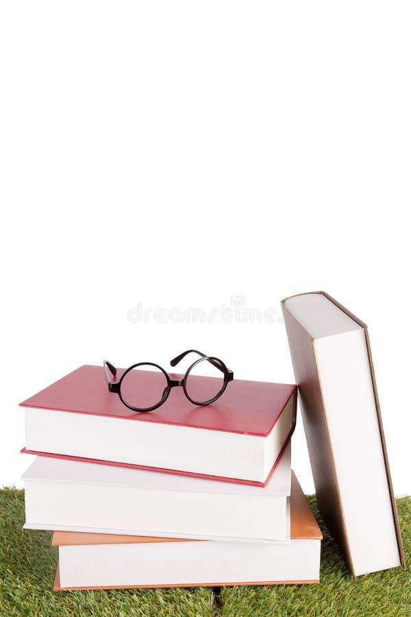 Pila di libri con un paio degli occhiali fotografia stock