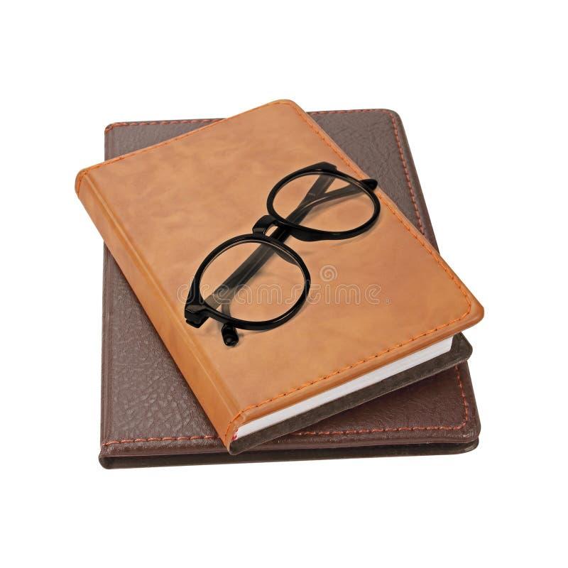Pila di libri con un paio degli occhiali sulla cima immagine stock