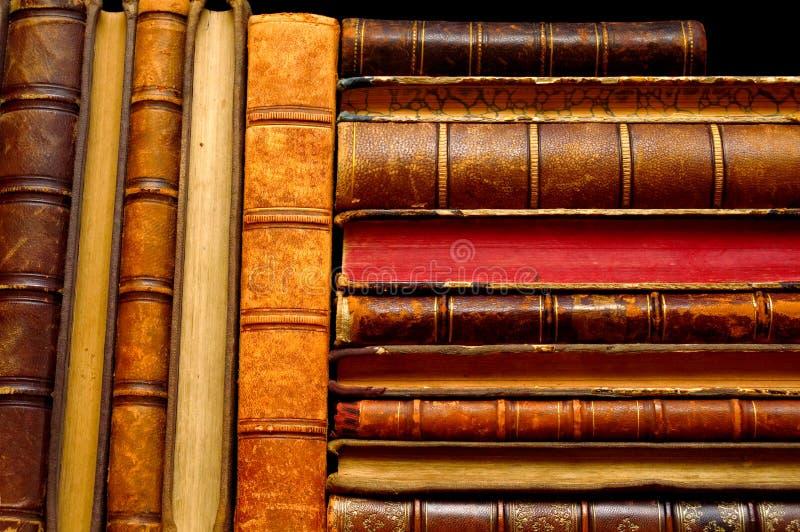 Pila di libri d'annata sugli scaffali fotografia stock