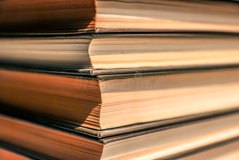 Pila di libri dalla copertina rigida del ald vicini sulla vista Libri antichi con le pagine gialle Concetto educativo immagini stock libere da diritti