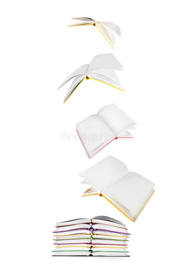 Pila di libri e di libri di volo fotografie stock