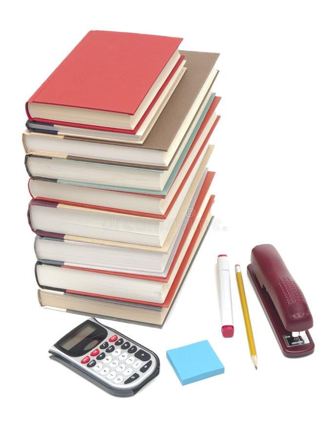 Pila di libri e di rifornimenti di banco immagine stock libera da diritti