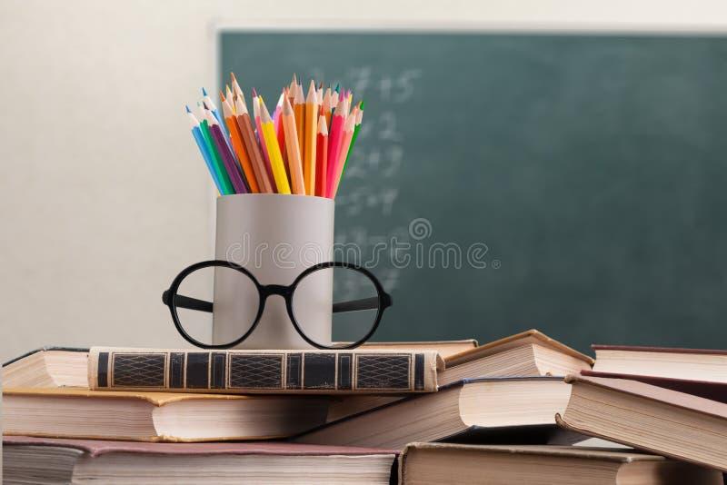Pila di libri e di lavagna della scuola fotografia stock libera da diritti