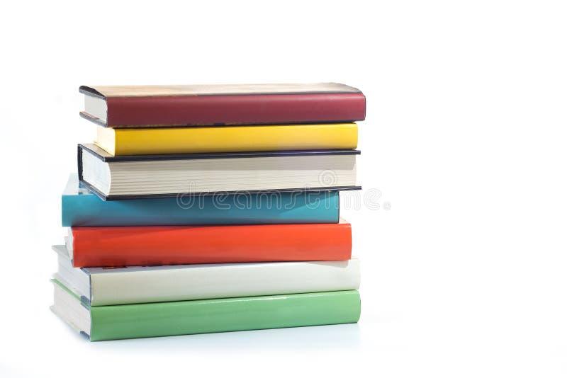 Pila di libri isolati su una priorità bassa bianca fotografia stock libera da diritti