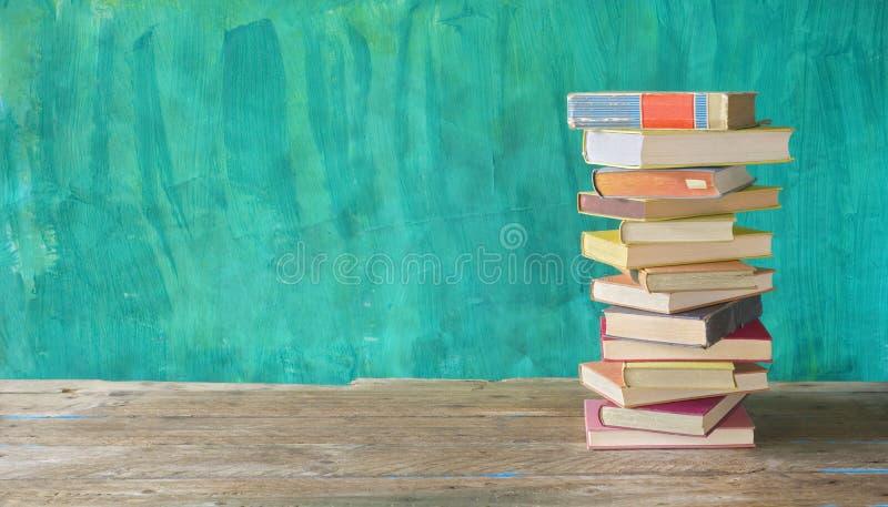 Pila di libri, lettura, istruzione, letteratura, di nuovo al concetto della scuola Copi lo spazio fotografie stock libere da diritti