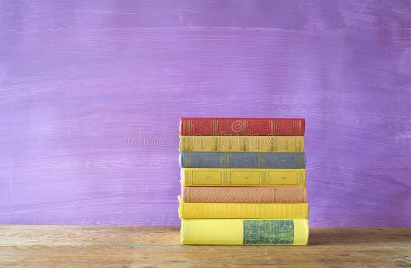 Pila di libri multicolori fotografia stock libera da diritti