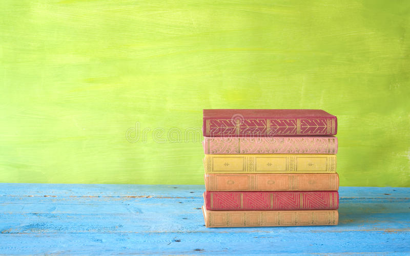 Pila di libri multicolori immagine stock libera da diritti