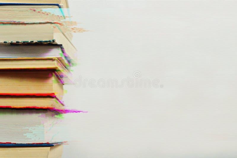 Pila di libri nell'effetto di impulso errato fotografie stock libere da diritti