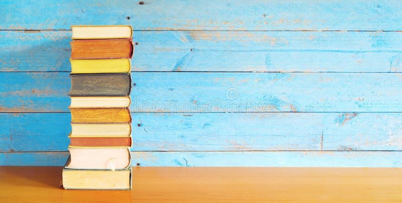 Pila di libri, spazio della copia libera immagine stock