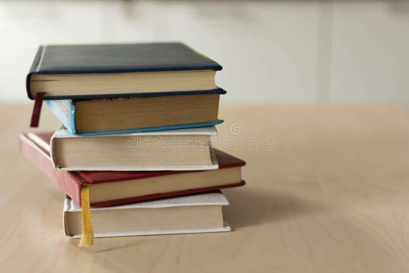Pila di libri sulla tavola di legno immagini stock libere da diritti