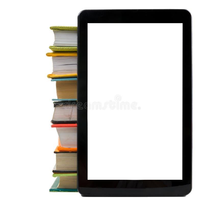 Pila di libri variopinti e di lettore elettronico del libro Concetto elettronico delle biblioteche Di nuovo al banco Copi lo spaz fotografie stock