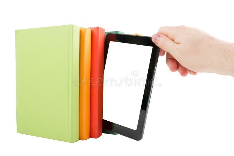 Pila di libri variopinti e di lettore elettronico del libro Concetto elettronico delle biblioteche Di nuovo al banco Copi lo spaz fotografia stock libera da diritti