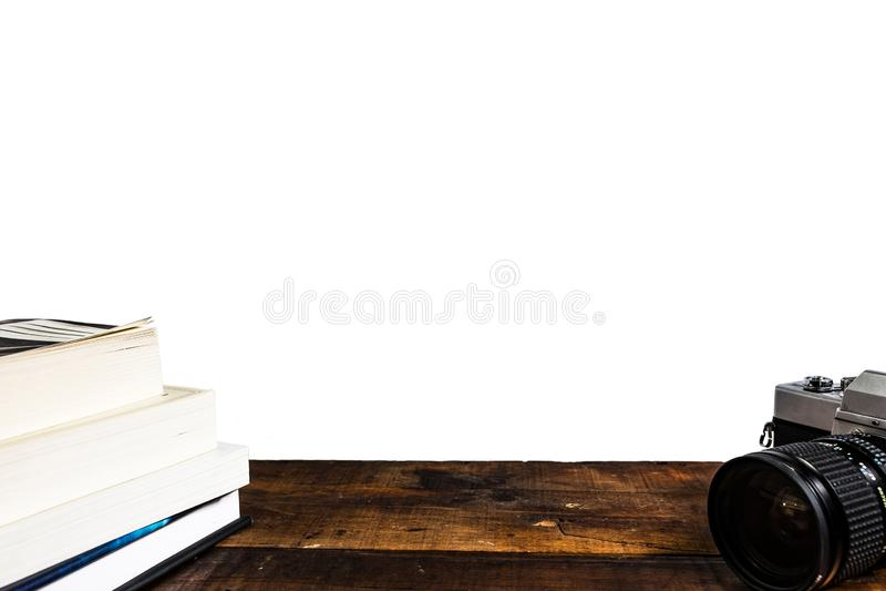 Pila di libro della macchina fotografica su fondo bianco immagine stock