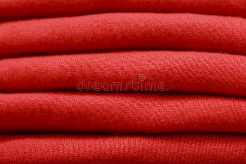 Pila di maglioni di lana primo piano, struttura, fondo del papavero coraggioso di tendenza fotografie stock libere da diritti