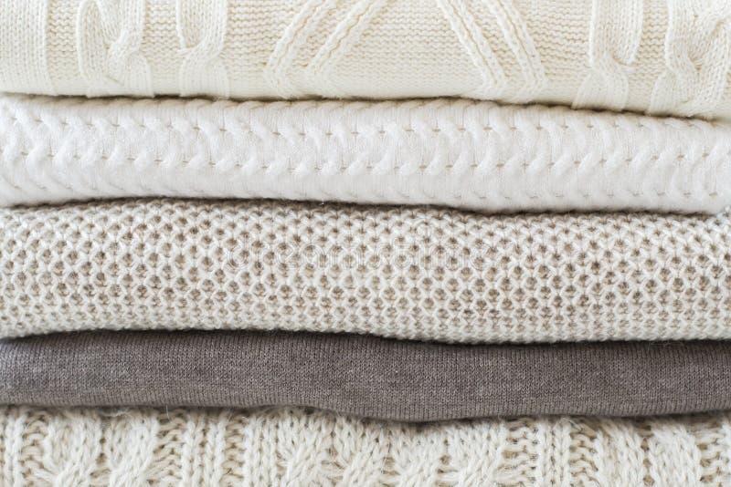Pila di maglioni leggeri caldi fotografia stock