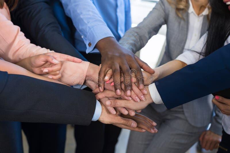 Pila di mani, concetto di lavoro di squadra, gente di affari dei braccia unentesi del gruppo in mucchio, diverso Team Of Business fotografie stock libere da diritti
