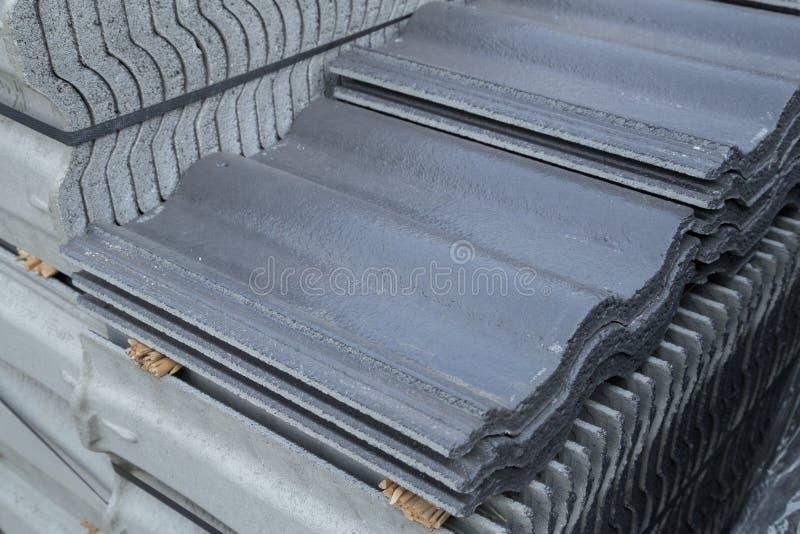 Pila di mattonelle di tetto concrete (colore grigio) al cantiere fotografie stock libere da diritti