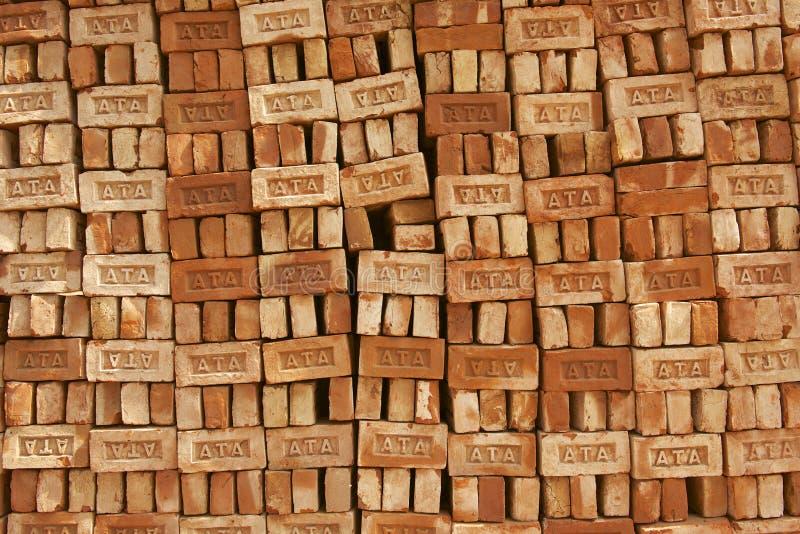 Pila di mattoni da vendere in Dacca, Bangladesh fotografie stock