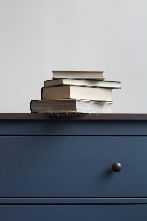 Pila di misteri sul cassettone blu immagine stock