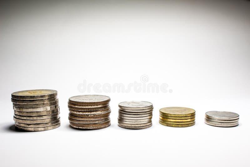 Pila di monete con il re fotografia stock libera da diritti