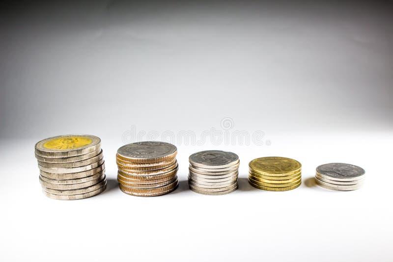 Pila di monete con il re fotografia stock