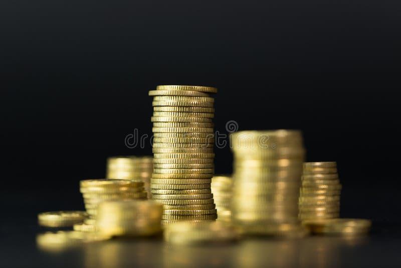 Pila di monete di oro immagini stock