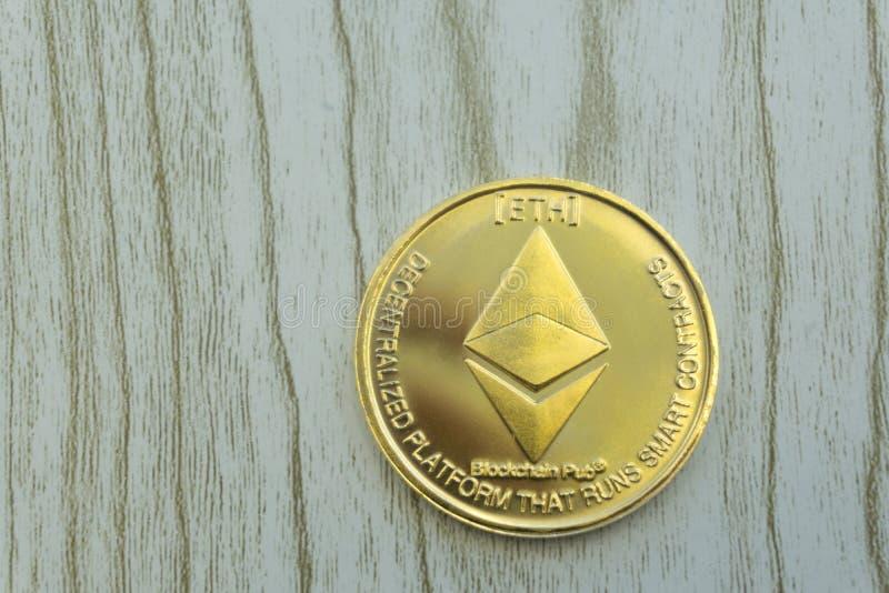 Pila di monete o di ethereum dell'etere sul fondo dell'oro per illustrare blockchain e valuta cyber immagine stock