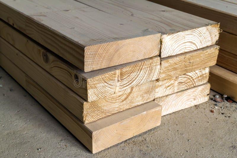 Pila di nuove viti prigioniere di legno all'iarda di legname Constr di legno del legname fotografia stock libera da diritti