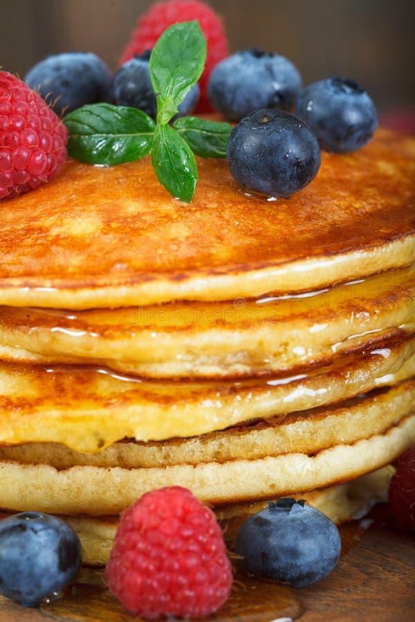 Pila di pancake americani di recente al forno con sciroppo d'acero immagine stock