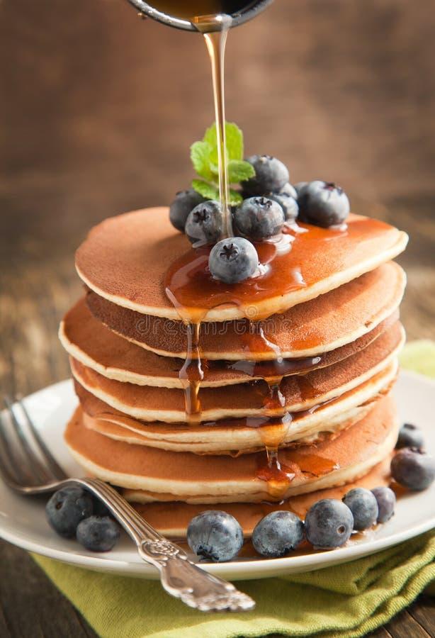 Pila di pancake con il mirtillo e lo sciroppo d'acero fotografie stock libere da diritti