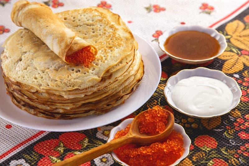 Pila di pancake sul piatto - alimento tradizionale russo fotografie stock libere da diritti