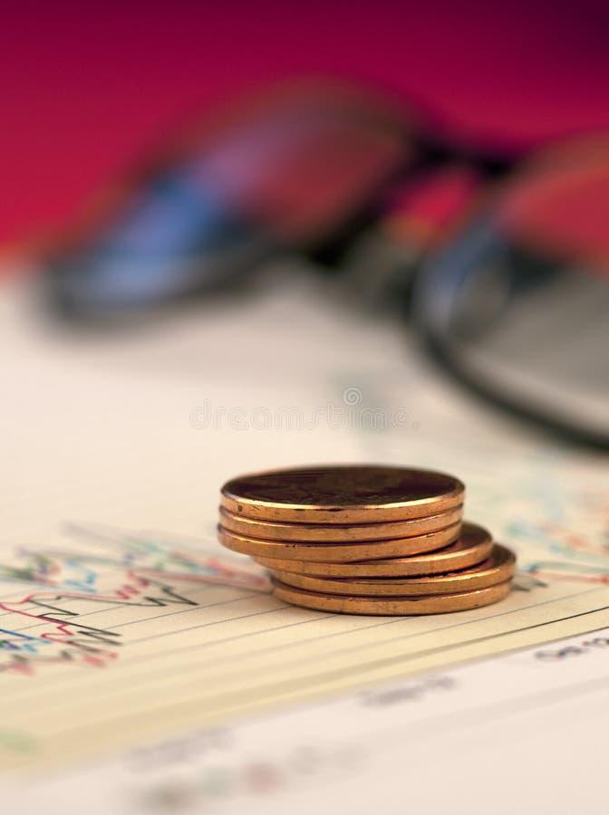 Pila di penny sul grafico. immagini stock