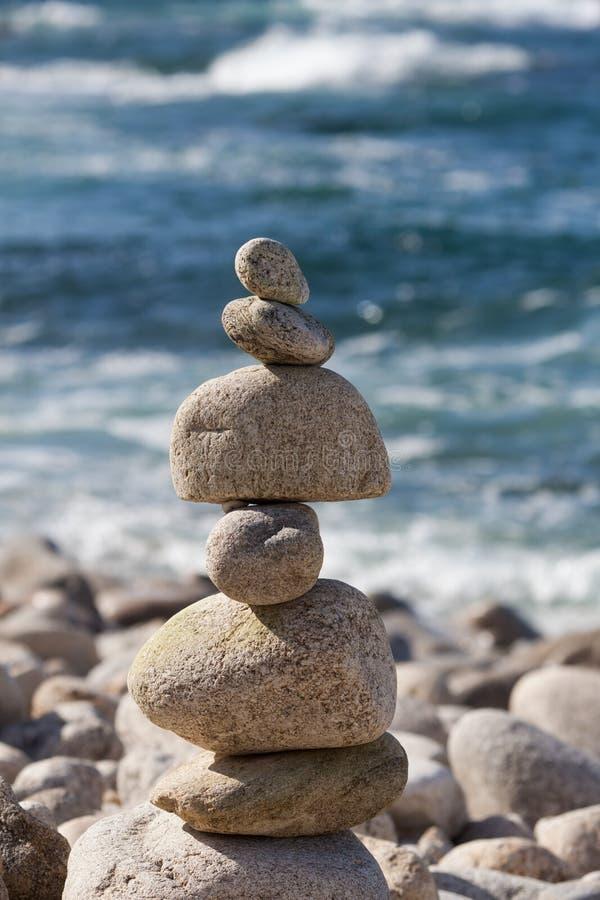 Pila di pietra al litorale fotografia stock libera da diritti