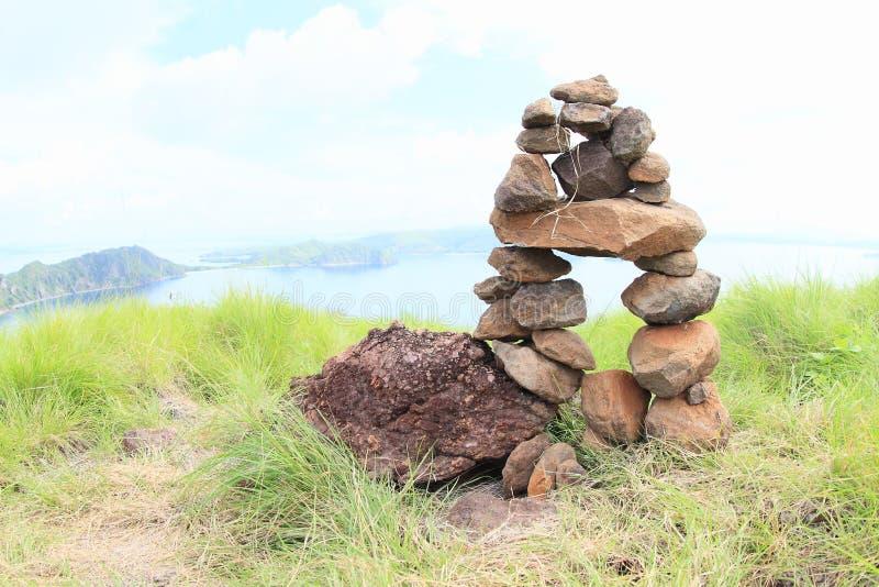 Pila di pietra sull'isola di Padar immagini stock