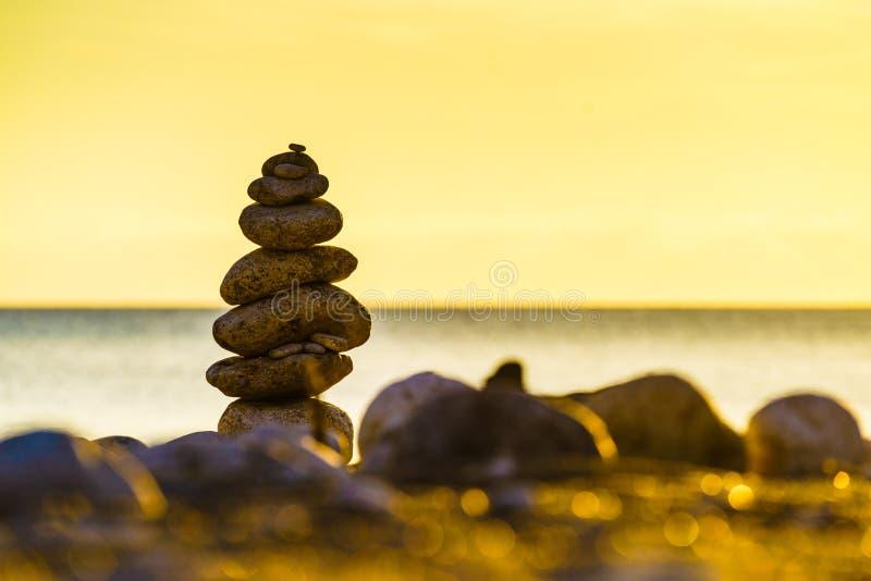 Pila di pietra sulla riva di mare della spiaggia immagini stock