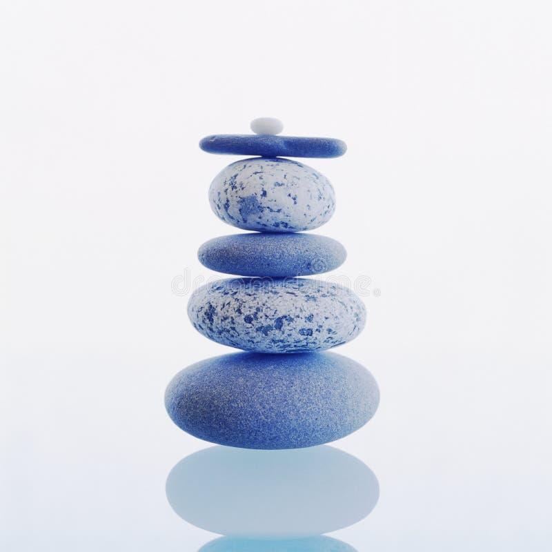 Pila di pietre equilibrate delle rocce isolate su fondo bianco Meditazione, zen, benessere, concetti dell'equilibrio fotografia stock