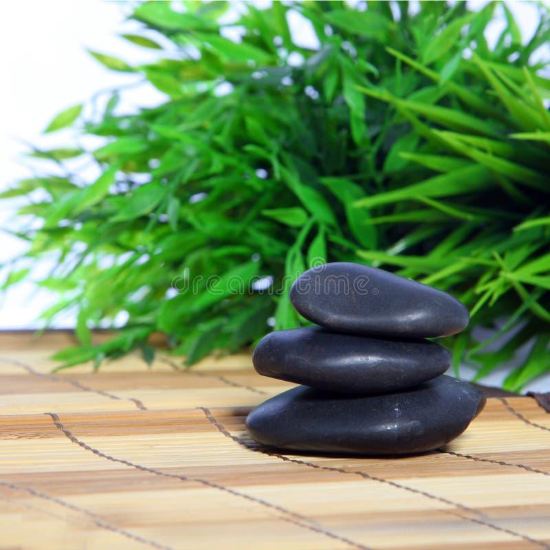 Pietre di massaggio in una stazione termale immagine stock libera da diritti