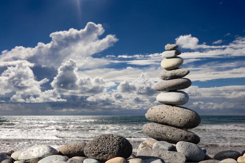 Pila di pietre sulla spiaggia immagini stock libere da diritti
