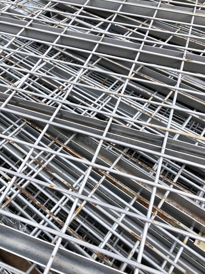 Pila di scaffali del metallo con ruggine fotografie stock